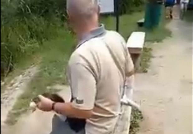 Mężczyzna, który zabrał kaczkę ze stawu na Umultowie