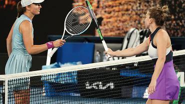 Simona Halep odbiera gratulacje od Igi Świątek po meczu w IV rundzie Australian Open.