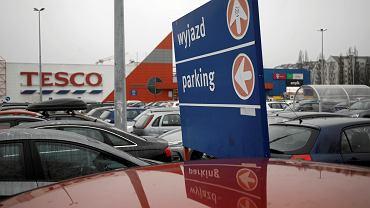 Tesco chce się wycofać z Polski a nie może. Na zdjęciu parking przed supermarketem na warszawskich Kabatach, 9 stycznia 2020