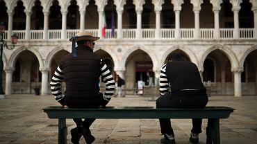 Gondolierzy na placu św. Marka w Wenecji