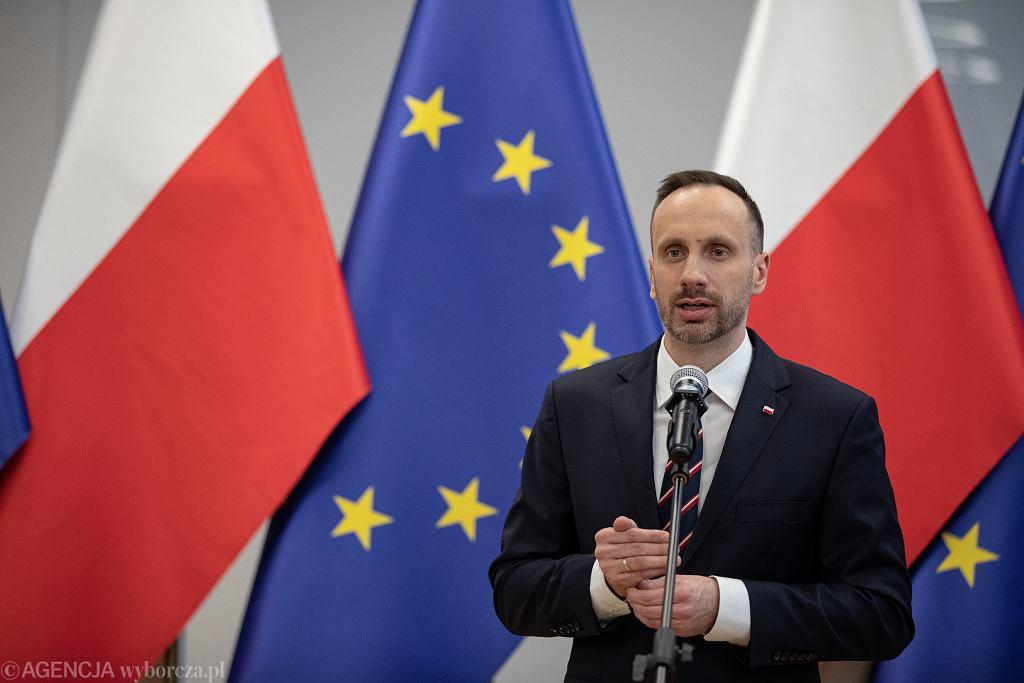 Janusz Kowalski, wiceminister aktywów państwowych, zdymisjonowany. Posypały się komentarze