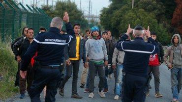 Od poniedziałku Francuzi udaremnili w Calais ponad 3,5 tys. prób przedarcia się do Eurotunelu,  gdzie uchodźcy, którym udało się przechytrzyć żandarmów, wskakują do pociągów towarowych pędzących do Wielkiej Brytanii  (zdjęcie ze środy)