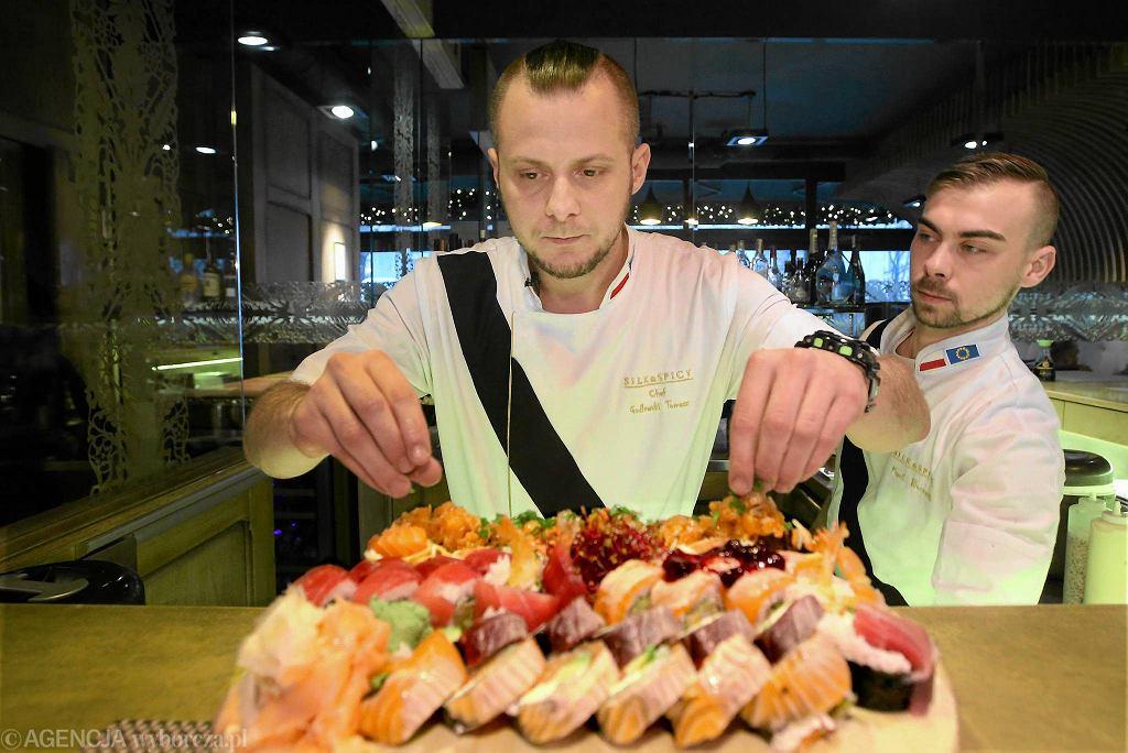 Sushi masterzy Tomasz Godlewski i Kamil Borawski (z prawej), którzy pracują w warszawskiej restauracji Silk & Spicy