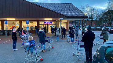Od soboty rano (6.03.2021) w Niemczech rozpoczęto na szeroką skalę sprzedaż domowych testów na koronawirusa. W dyskoncie Aldi były one dostępne bezpośrednio przy kasie.