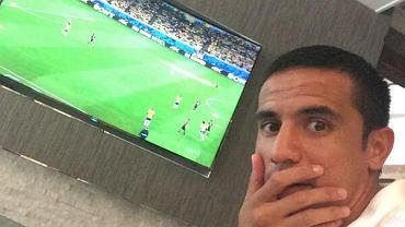 Niemcy rozgromili Brazylię w półfinale aż 7:1. Nic dziwnego, że mecz wywołał wiele emocji na Twitterze. Australijski napastnik Tim Cahill wstawił zdjęcie z telewizorem w tle, na którym z niedowierzaniem łapie się za twarz. Zabawa szybko zaczęła się rozprzestrzeniać. Wzięło w niej udział także kilku piłkarzy.