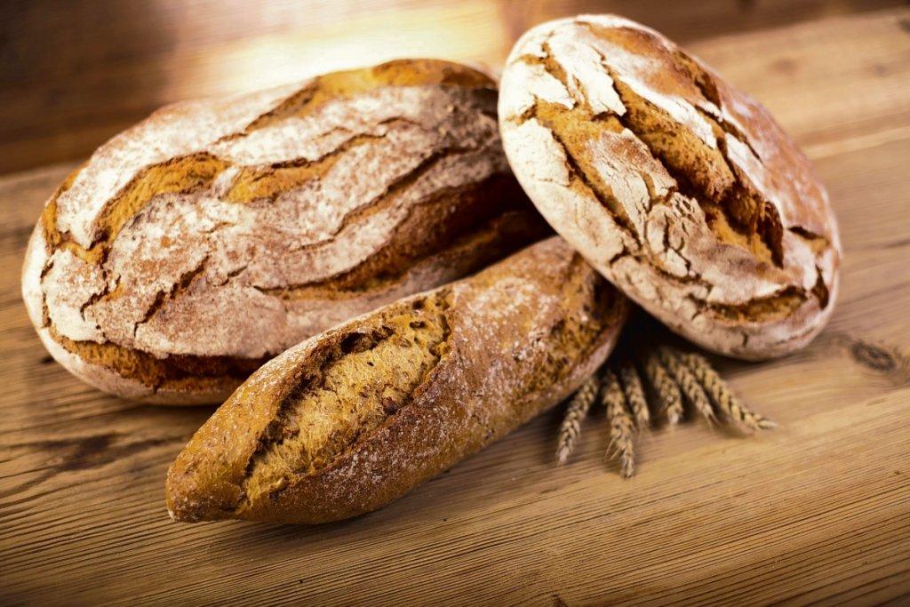 Gluten kojarzymy z wyrobami zbożowymi. Ale jest też dodatkiem do produktów mlecznych czy wędlin