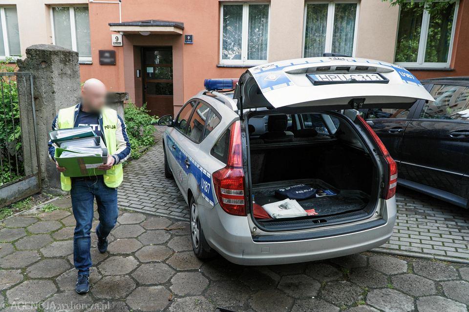 14 maja 2019 r. Policjanci wynoszą dokumenty firm Sollus i Tixer z mieszkania przy ul. Młyńskiej 9