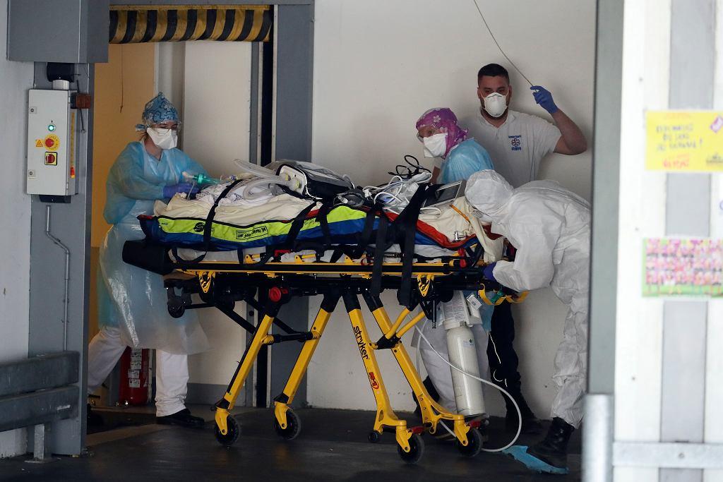 1.04.2020, Rennes, Francja, transport chorego zakażonego koronawirusem.
