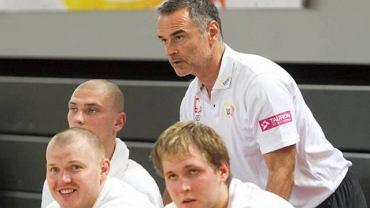 Trener Dirk Bauermann stoi, a przed nim siedzą Damian Kulig (z lewej) i Przemysław Karnowski. Za nimi Michał Michalak.