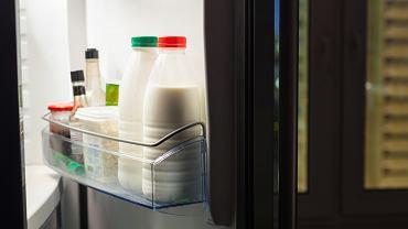 W internecie krąży informacja, że mleka nie powinno się trzymać na drzwiach lodówki. Czy to prawda?