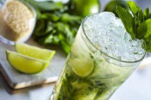 Mojito to idealny drink na lato. Jak je zrobić? Mamy prosty przepis na wersję z alkoholem i bez niego