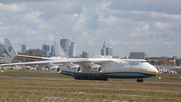 Samolot Antonow An-225 Mrija przywiozl sprzet medyczny w ramach mostu powietrznego pomiedzy Polska a Chinami