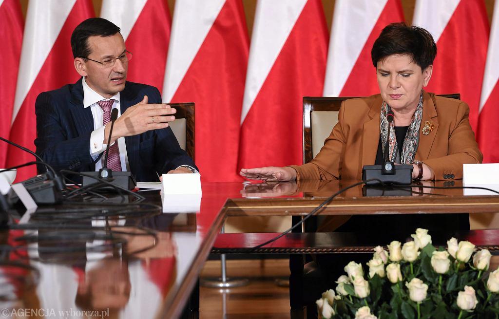 Premier Beata Szydło i wicepremier, minister rozwoju Mateusz Mazowiecki podczas pierwszego posiedzenia Komitetu Ekonomicznego przy Premierze. Warszawa, KPRM, 30 września 2016