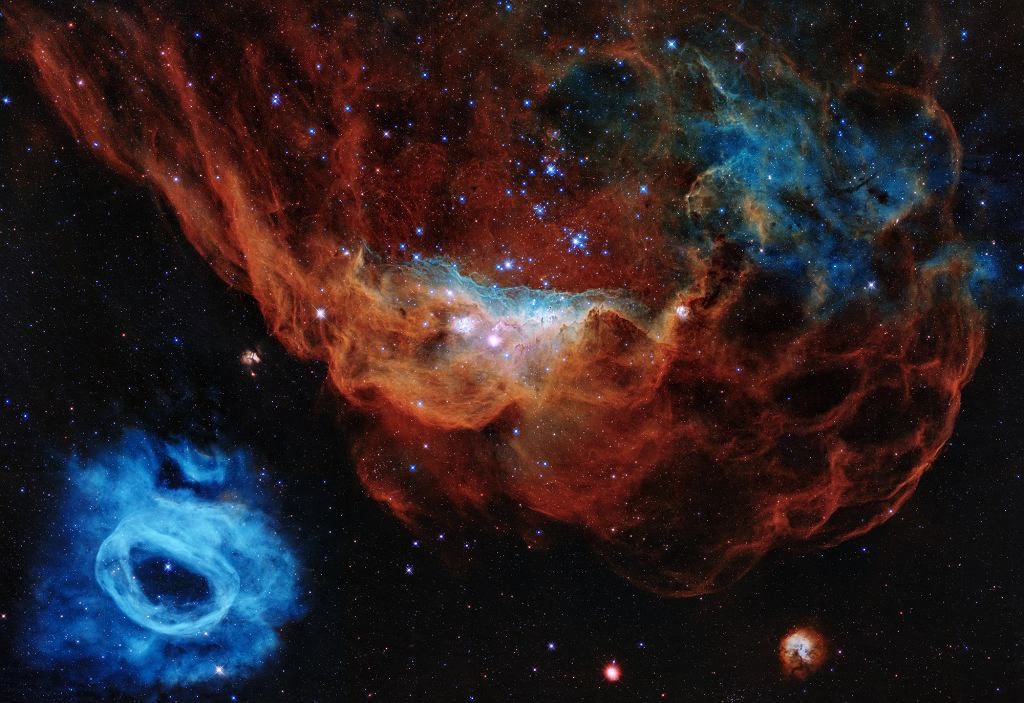 Zdjęcie specjalne na 30-lecie Kosmicznego Teleskopu Hubble'a - mgławica NGC 2014) wraz z sąsiednią niebieską mgławicą NGC 2020