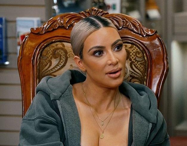 Kim Kardashian maluje nieżyjącą kobietę