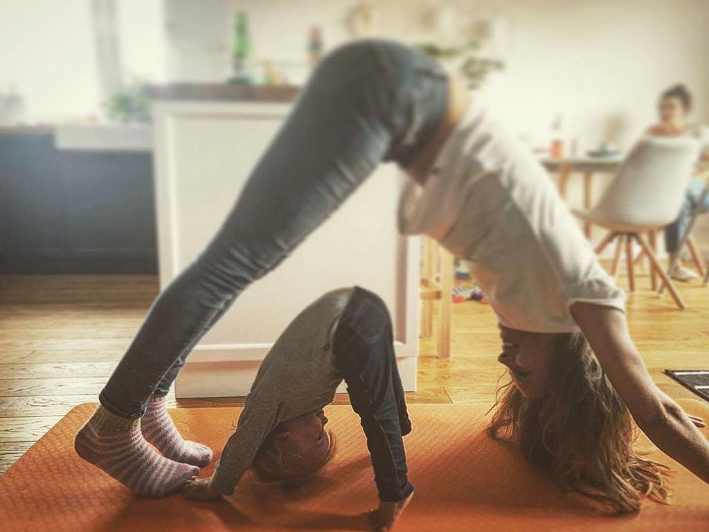 Julia Pietrucha ćwiczy jogę z córką
