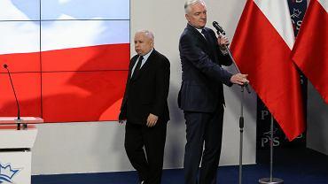 Prezes Jarosław Kaczyński i jego koalicjant Jarosław Gowin podczas wspólnej konferencji prasowej w kwaterze głównej PiS. Warszawa, ul. Nowogrodzka, 28 marca 2018