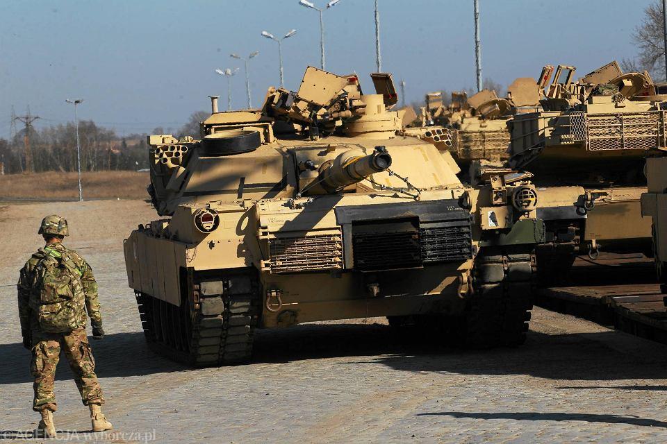 Żołnierze amerykańscy rozładowują sprzęt na ćwiczenia Saber Strike