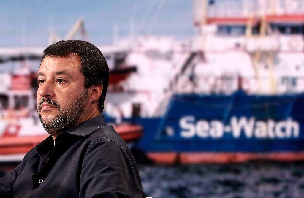 Statek z migrantami wpłynął na wody terytorialne Włoch. Matteo Salvini: Nie mają prawa zadokować