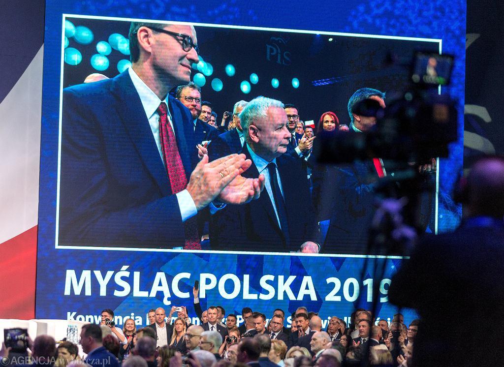 Prezes Jarosław Kaczyński i jego partyjny podwładny, premier rządu PiS Mateusz Morawiecki podczas konwencji Prawa i Sprawiedliwości. Katowice, 6 lipca 2019