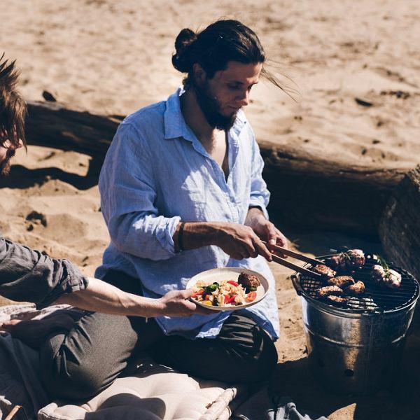 Obiad z grilla - polędwiczki wieprzowe z sałatką makaronową i chlebkiem naan