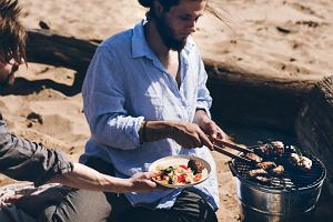 Obiad z grilla, czyli polędwiczki wieprzowe podawane z sałatką makaronową oraz chlebek naan z rusztu