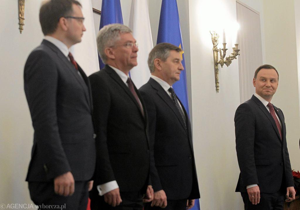 Prezydent Andrzej Duda (pierwszy z prawej) i minister sprawiedliwości Zbigniew Ziobro (pierwszy z lewej) podczas uroczystości zaprzysiężenia Julii Przyłębskiej na prezesa Trybunału Konstytucyjnego, 21 XII 2016 r.
