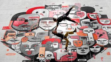 """Ściana Galerii Katowickiej stanie się tłem spektaklu na linach. Próby do """"Zakorzenionych"""" już trwają"""