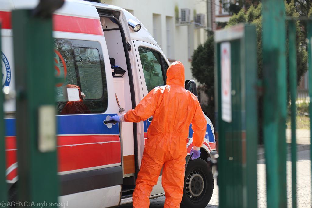 Półtoraroczny chłopczyk oblał się kawą. Z ciężkimi poparzeniami został przetransportowano do Katowic śmigłowcem LPR