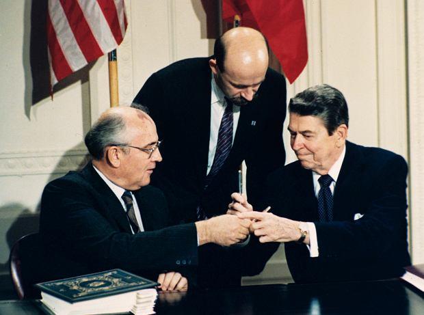 Rok 1987. Ronald Reagan (z prawej) i Michaił Gorbaczow wymieniają pióra podczas ceremonii podpisania układu INF (Treaty on Intermediate-range Nuclear Forces) w Białym Domu w Waszyngtonie