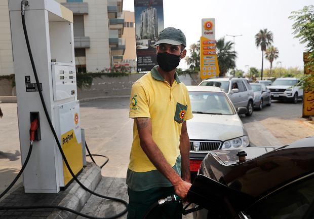 Liban, Bejrut. Kolejka do dystrybutora paliwa na stacji benzynowej. Zdjęcie z 29 lipca 2020 r.