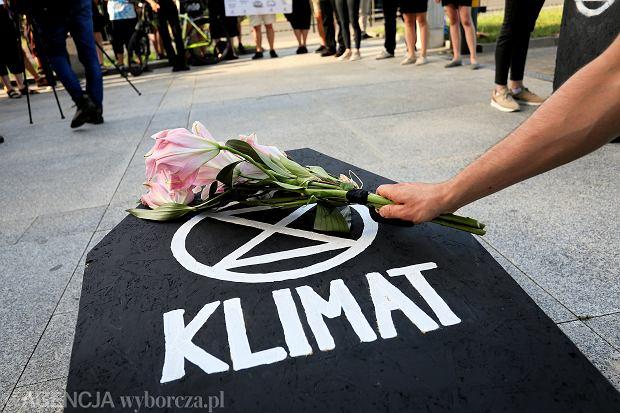,Protest ekologow przed TV Polsat w Warszawie