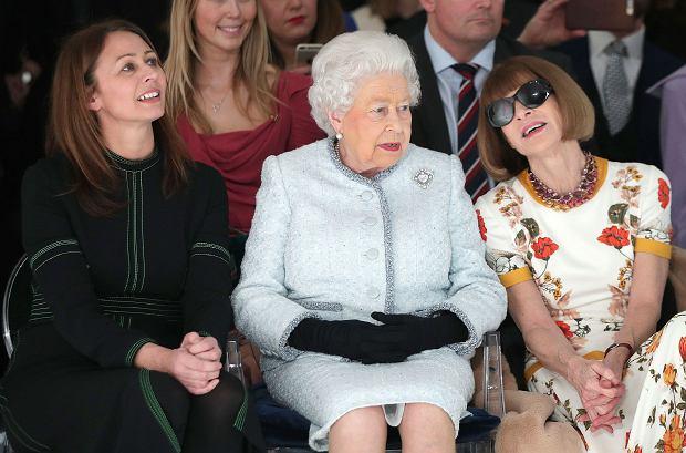 Królowa Elżbieta II w pierwszym rzędzie na londyńskim tygodniu mody. Wręczyła nagrodę najzdolniejszemu brytyjskiemu projektantowi