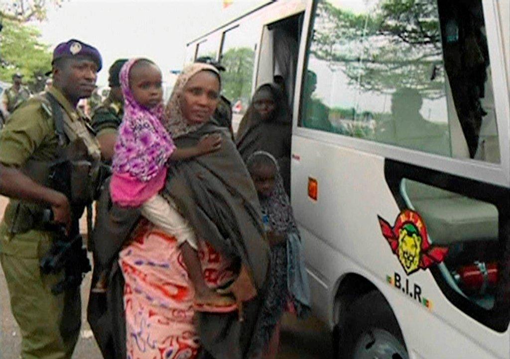 Kobieta z dzieckiem, które należały do grupy więźniów Boko Haram uwolnionych w październiku
