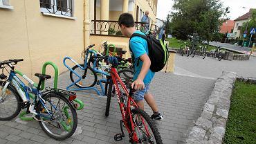 Stojaki na rowery przed SP 48 przy ul. Czorsztyńskiej W Szczecinie niemal zawsze są zajęte