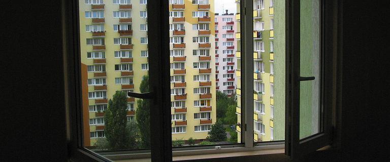 Krapkowice. 21-latka wypadła z czwartego piętra podczas mycia okien