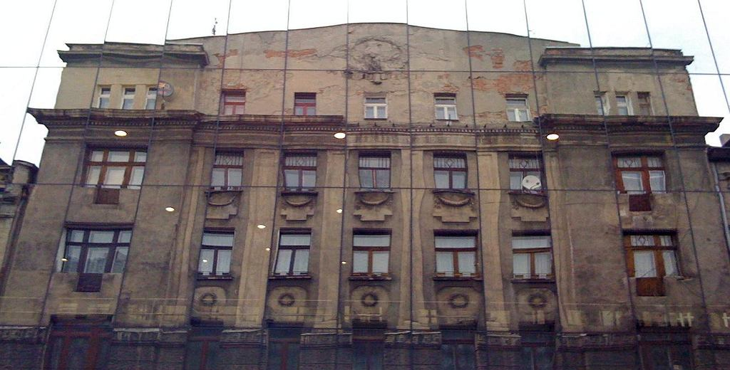 Oszklona fasada Teatru Jaracza, w której miasto może się przejrzeć. Na powierzchni szyb, tak blisko, że bliżej się już chyba nie da, spotykają się nowoczesność z przeszłością