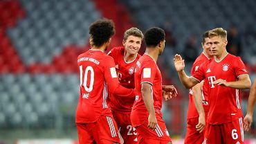 Piłkarze Bayern świętują gola wbitego Schalke na inaugurację sezonu Bundesligi