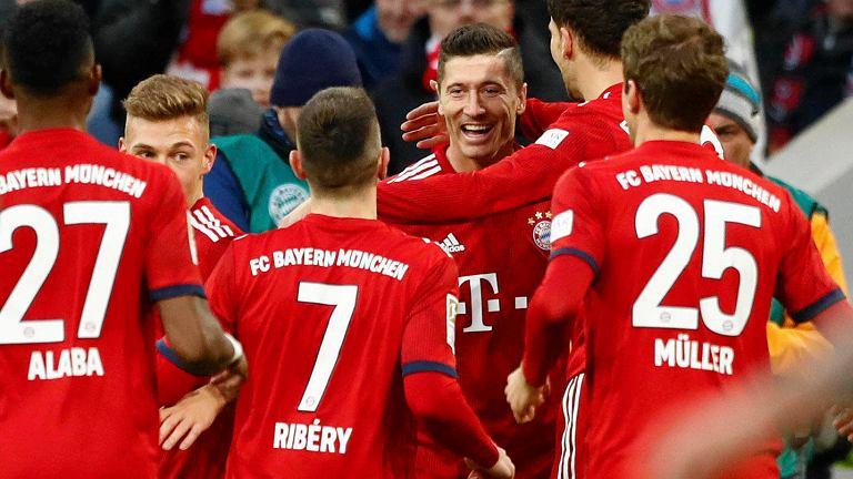 Robert Lewandowski przyjmuje gratulacje od kolegów po strzeleniu gola dla Bayernu Monachium