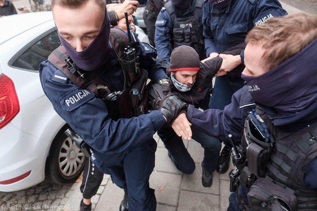 24 października 2020 r. Policjanci ciągną do radiowozu 21-letniego Artura Słomczewskiego, który na szybie radiowozu położył ulotkę na temat aborcji