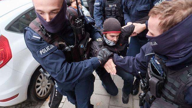"""""""Chodzi o to, żebyśmy się bali wychodzić na ulice"""". Policja ściga za ulotkę proaborcyjną"""