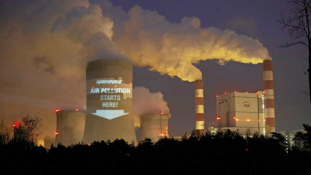 9 listopada 2013 r. Bełchatów. Akcja aktywistów Greenpeace pod elektrownią Bełchatów przed szczytem klimatycznym