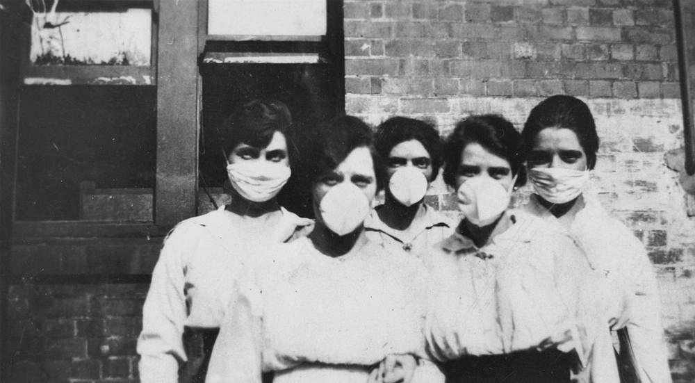 Epidemia grypy hiszpanki. Kobiety w maskach chirurgicznych w Brisbane w Australii, 1919 r.