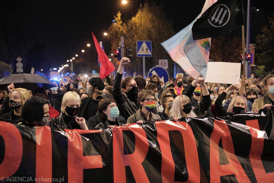 Protest przeciw wprowadzanemu tylnymi drzwiami zakazowi legalnej aborcji. Kontrolowany przez prezesa PiS Jarosława Kaczyńskiego Trybunał Konstytucyjny orzekł, że przepisy pozwalające na terminację ciąży w przypadku ciężkich i nieodwracalnych wad płodu są sprzeczne z konstytucją. Warszawa, 22 października 2020