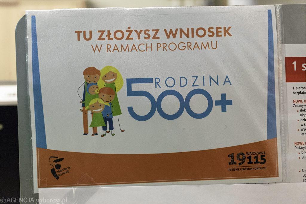 Nowe wnioski w Programie 500 plus. Sierpień to czas składanie wniosków o 500+. Jeśli chcemy zachować ciągłość wypłaty świadczenia, wniosek musimy złożyć do końca sierpnia. Na zdjęciu: Pierwszy dzień programu Rodzina 500 plus w Urzędzie Dzielnicy Mokotów - Warszawa, kwiecień 2016