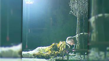 Mężczyzna, który położył się na granacie