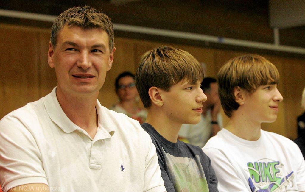 Adam Wójcik z synami Janem i Szymonem podczas finałowego meczu Turów - Stelmet