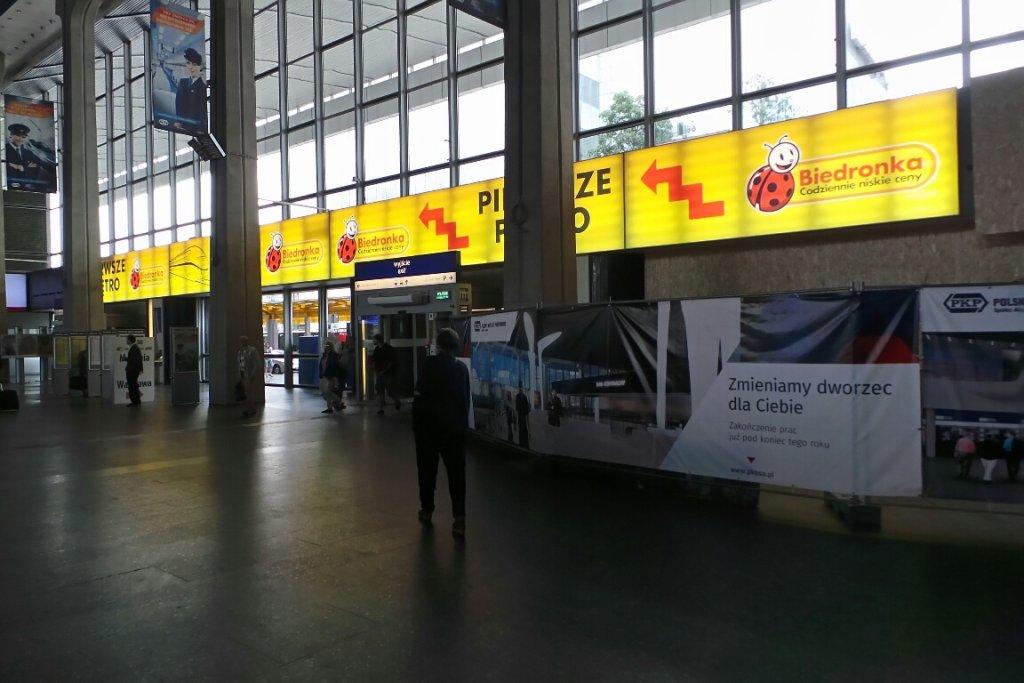 Reklamy Biedronki na Dworcu Centralnym
