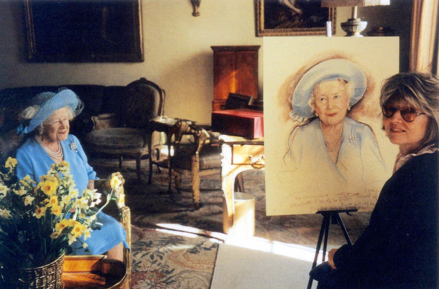 PHOTO: EAST NEWS/REX FEATURES Queen Mother at Clarence House with Polish artist Basia Hamilton - Mar 2001. The last portrait of the Queen Mother was completed just a month before her death. QUEEN MOTHER PORTRAIT BY BARBARA KACZMAROWSKA HAMILTON - 20 JAN 2002