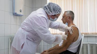 Pracownik medyczny w Rosji przyjmujący szczepionkę Sputnik V
